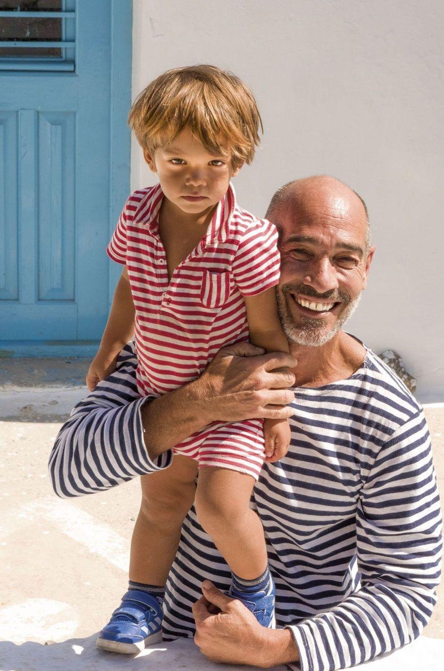 Amorgos. Jean-Marc Barr avec son fils.