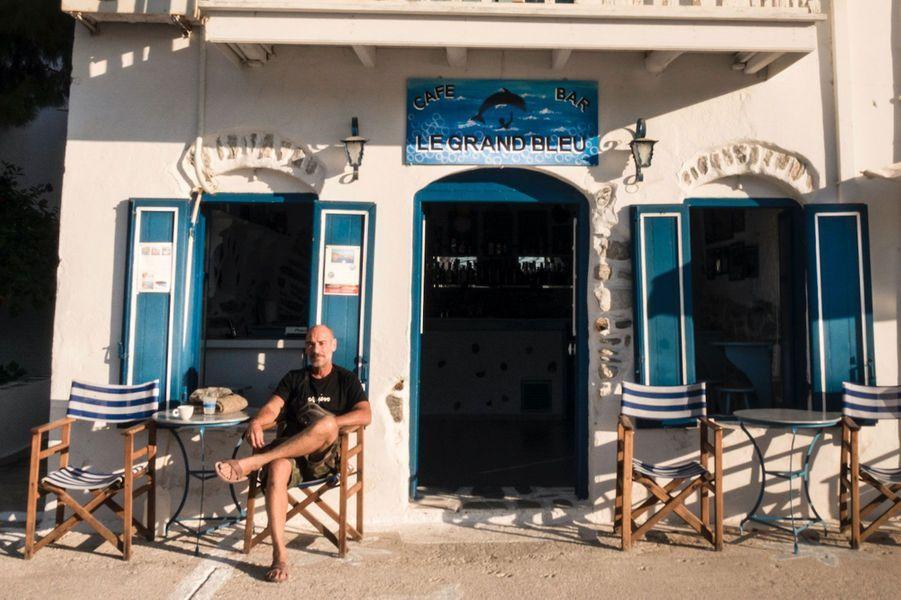"Jean-Marc Barr en terrasse au ""Grand Bleu""."