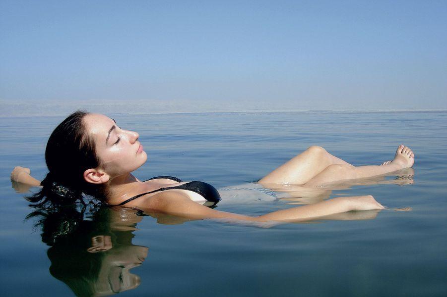Une femme se baigne dans la mer morte.