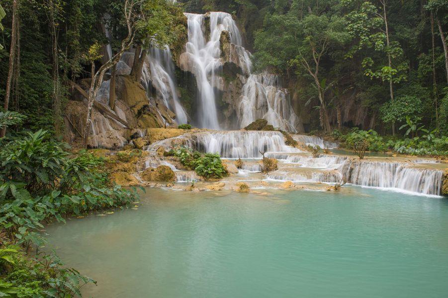 Le spectacle de la nature en bleu et vert: les cascades de Kuang Si.