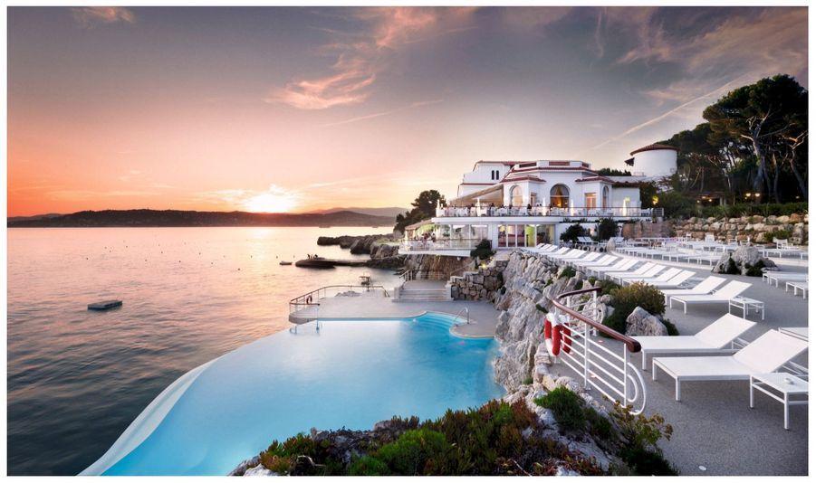 La célèbre piscine à débordement creusée dans la roche de la côte.