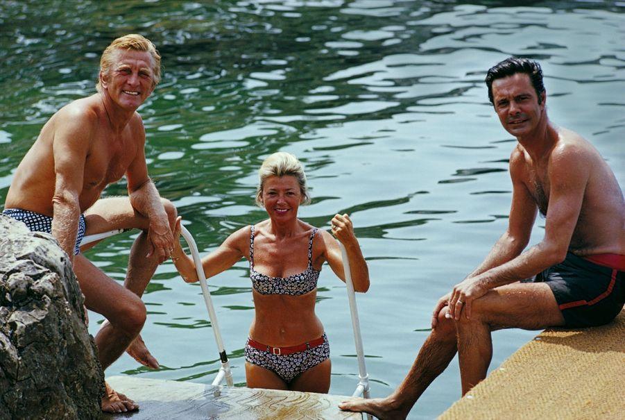 Kirk Douglas avec Louis Jourdan et son épouse « Quique », en août 1969