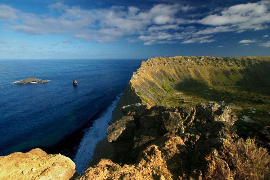 Le cratère de Rano Kau. Les habitants en tiraient l'obsidienne pour réaliser les pupilles des moais.