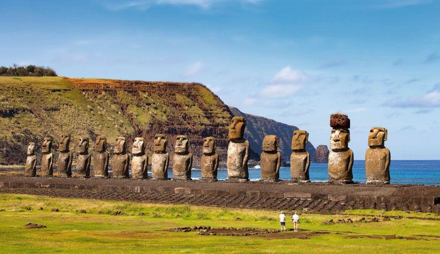 Face à deux visiteurs lilliputiens, le site de Ahu Tongariki. Le tourisme rapporte 70millions de dollars par an aux Pascuans