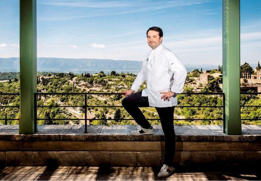 Le chef sur la terrasse de son restaurant, Clover Gordes.