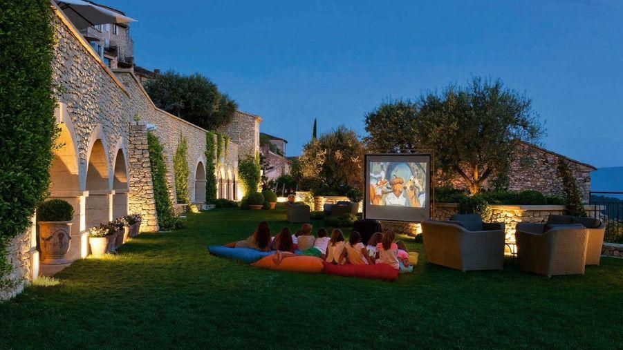 Deux fois par semaine, l'hôtel propose une séance de cinéma en plein air dans ses jardins.
