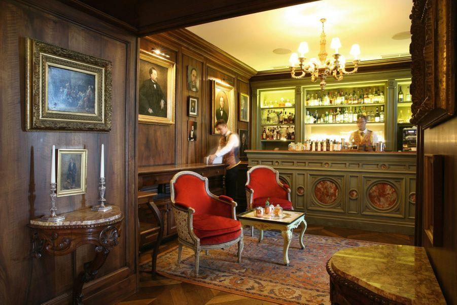 Un des bars dont la terrasse donne sur le massif du Luberon.