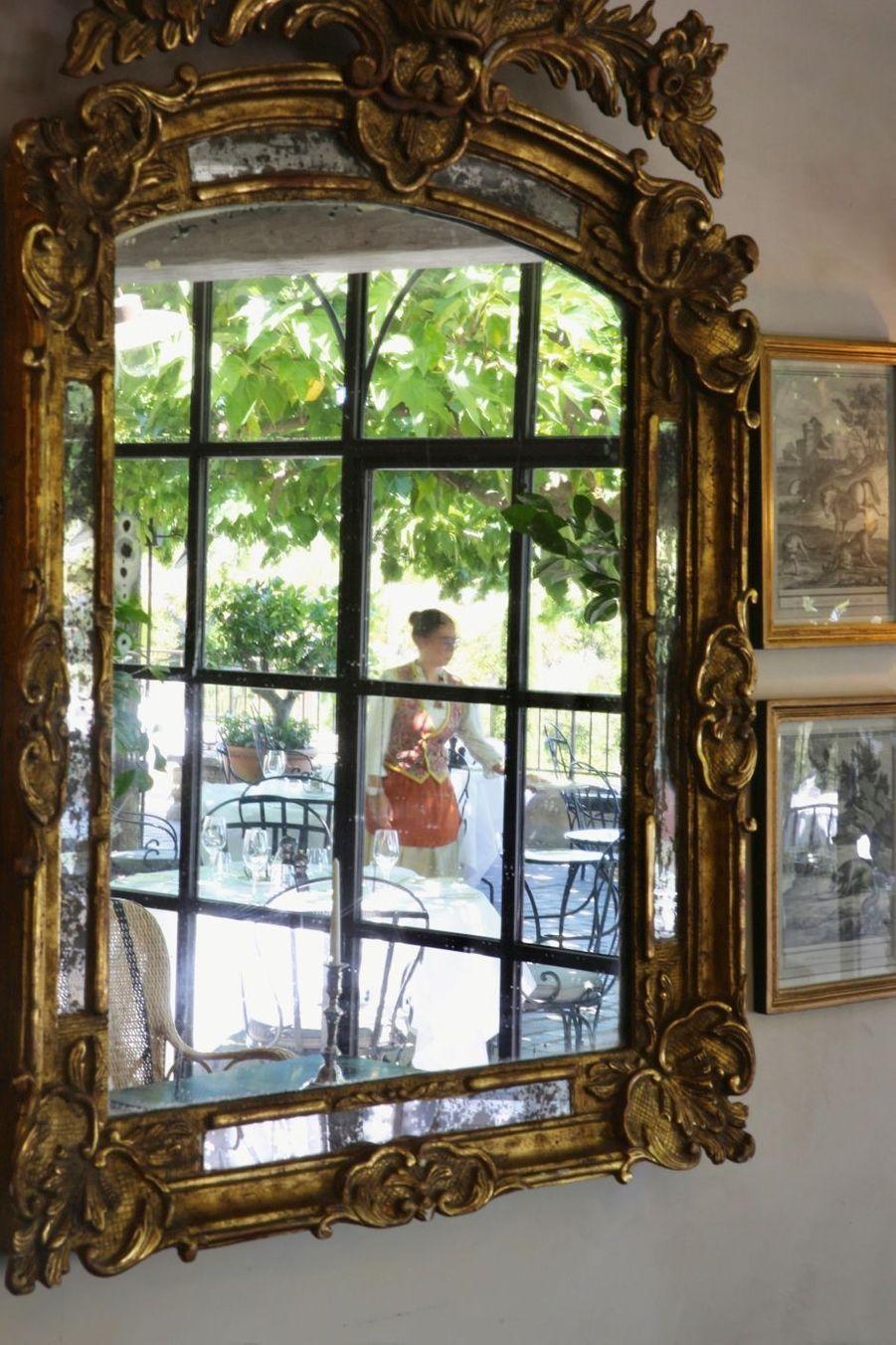 Dans le reflet du miroir, la terrasse du restaurant L'Orangerie.