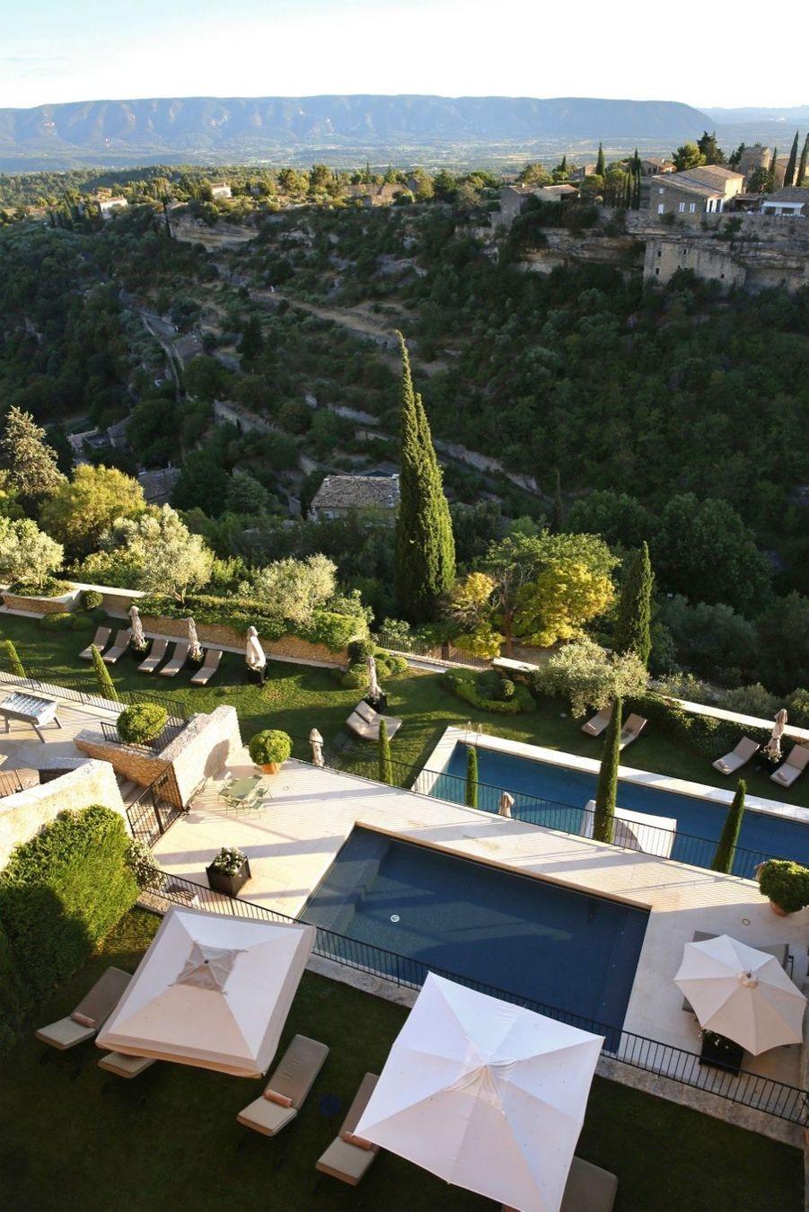 La disposition en étages offre une vue spectaculaire sur les deux piscines extérieures.