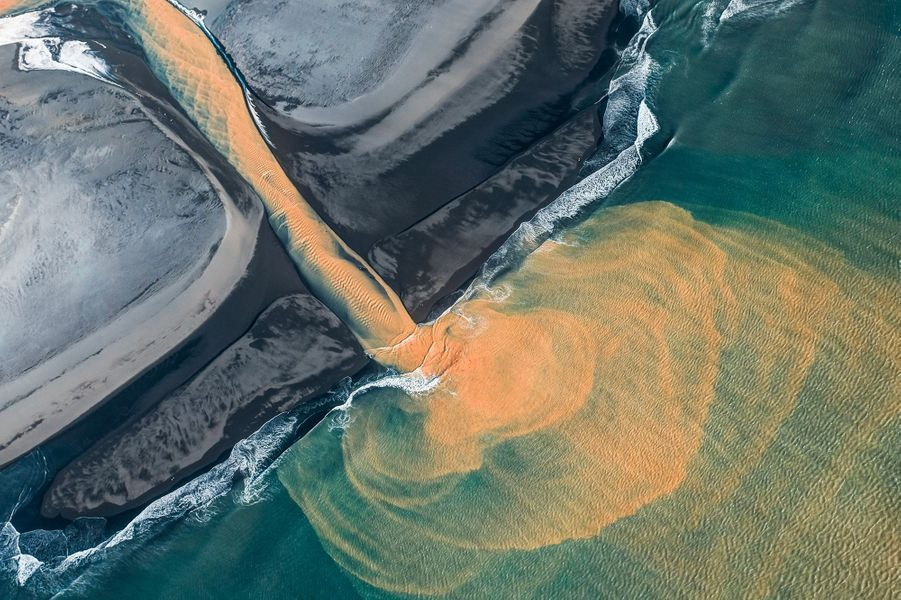 Andro Loria a survolé l'Islande pendant 18 mois afin de photographier les rivières qui s'écoulent des glaciers.