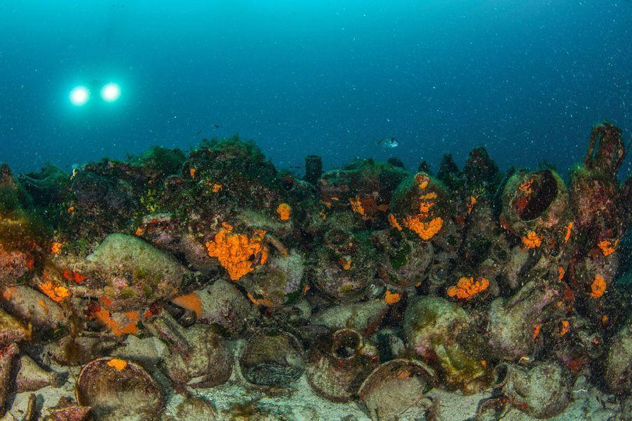 Près de l'îlot de Peristera, au large de l'île d'Alonissos, les plongeurs pourront découvrirl'épave d'un navire transportant des milliers d'amphores qui a coulé au Ve siècle av. JC.