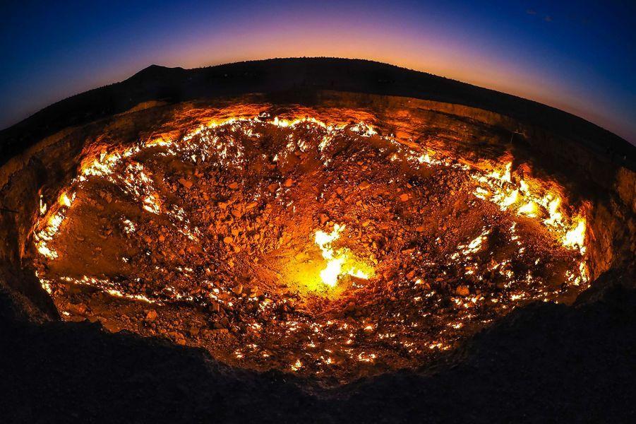 """Surnommé les """"portes de l'Enfer"""", ce cratère géant crache du feu depuis quarante ans. Le Turkménistanveut en faire une attraction touristique au coeur du désert de Karakoum."""