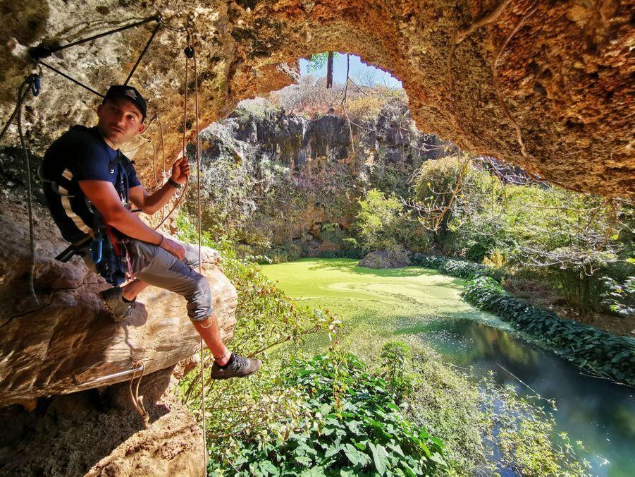L'entrée de la grotte du trou Bleu, à l'Eperon