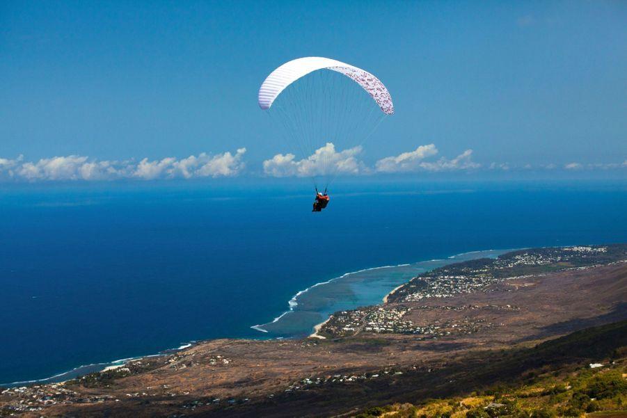 Survol du lagon turquoise et de la barrière de corail : aux colimaçons, on plane 300 jours par an avec atterrissage sur la plage aux tortues.