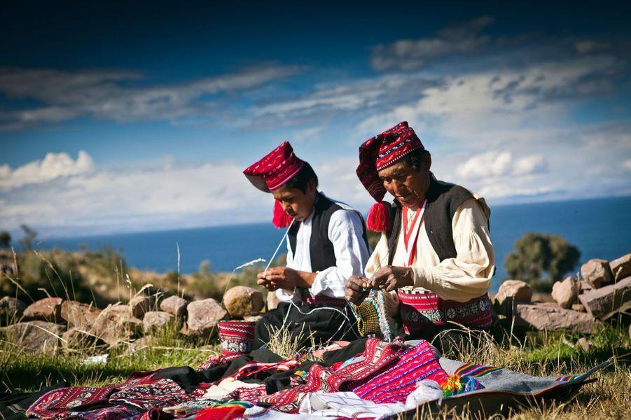 Tissage artisanal de vêtements à Taquile.