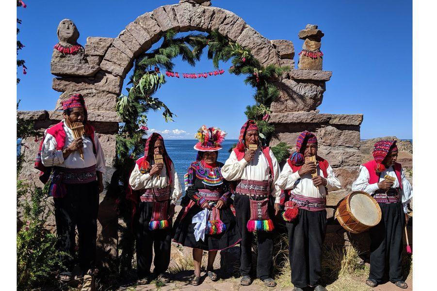 Les habitants de Taquile en habit traditionnel.