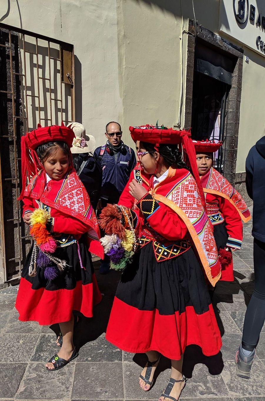Des enfants habillés aux couleurs incas à Cusco.