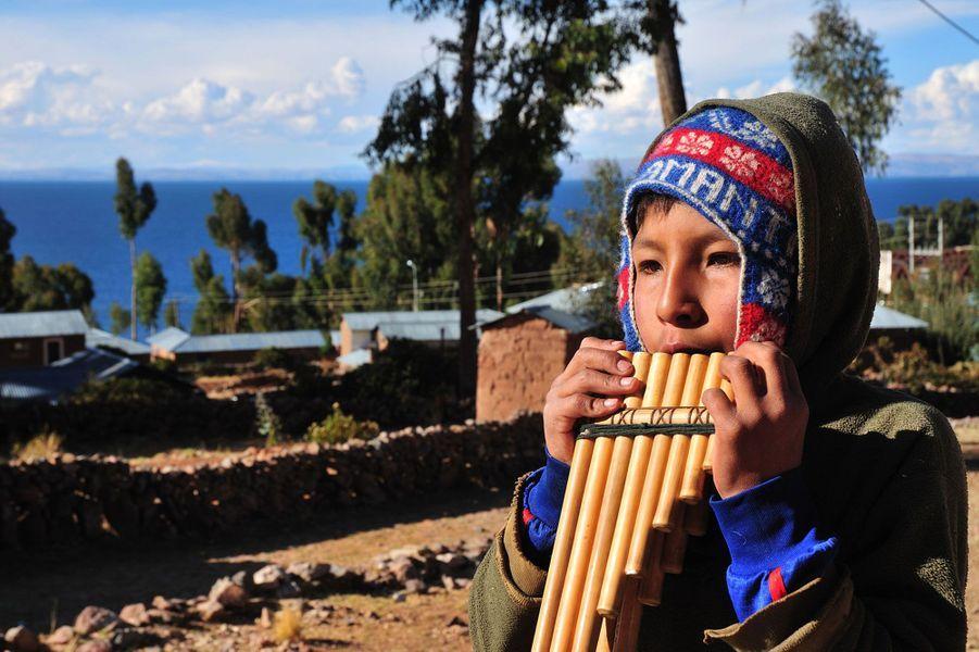 Un enfant jouant de laZampoña.