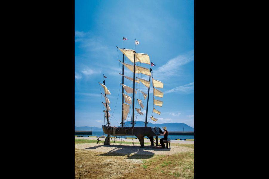 A voir à la triennale de Setouchi, « Souvenir du XXe siècle », de Hagetaka Funjo (2010). Lors de fortes intempéries, les voiles peuvent être démontées