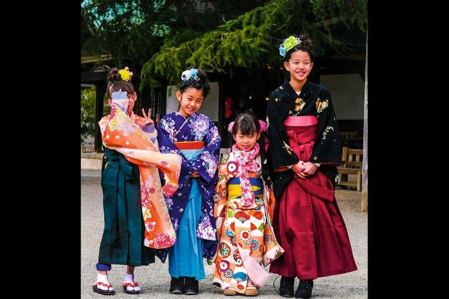 Fillettes japonaises dans le jardin Ritsurin