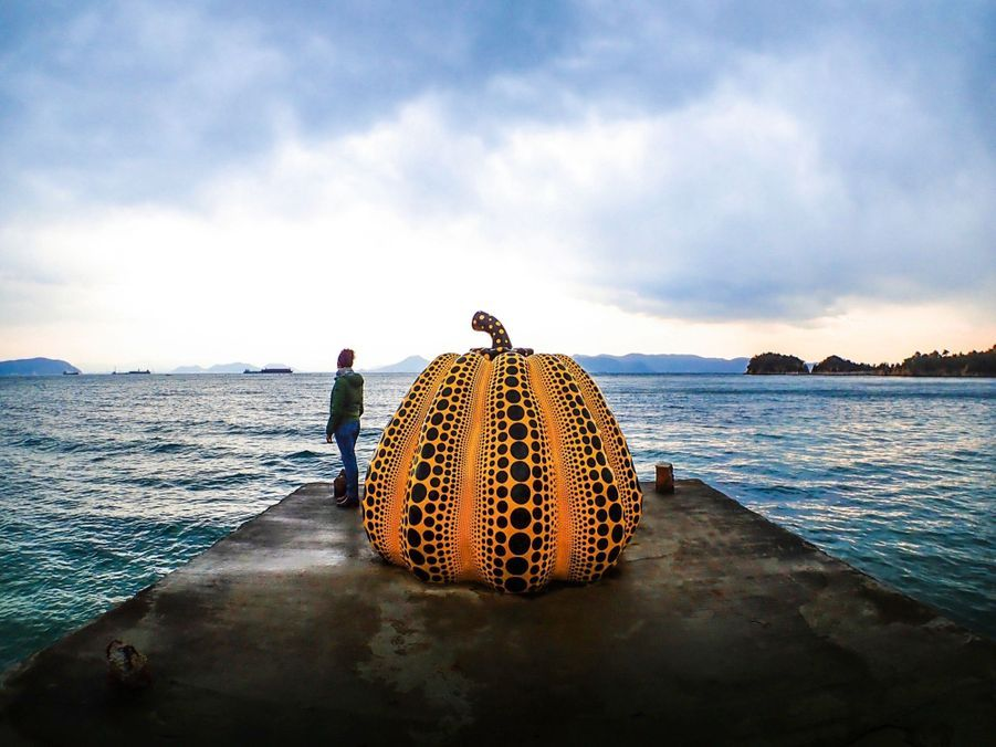 La « Citrouille jaune », de Yayoi Kusama. C'est la première œuvre que l'on voit à l'arrivée sur l'île de Naoshima.