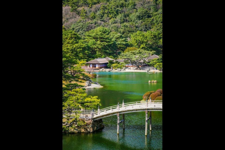 Takamatsu, littéralement « les pins élevés », abrite sur 75hectares un des plus beaux jardins classiques du Japon : le Ritsurin. On dit qu'il a fallu centans pour l'achever.