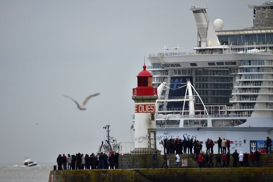Le paquebot géant Harmony of the seas a gagné la mer en quittant le port de Saint-Nazaire le 10 mars 2016