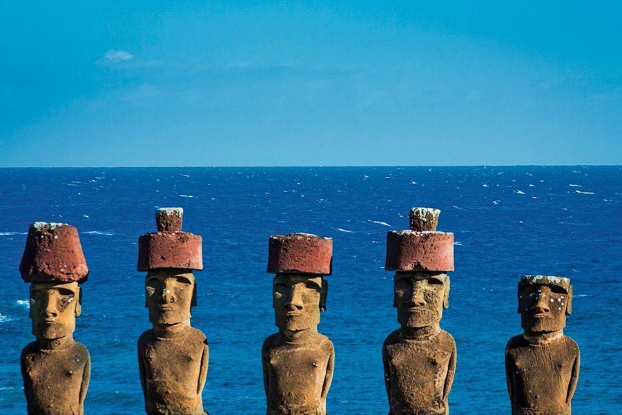 Les statues de l'île de Pâques, dos à la mer, veillent sur les défunts enterrés devant eux