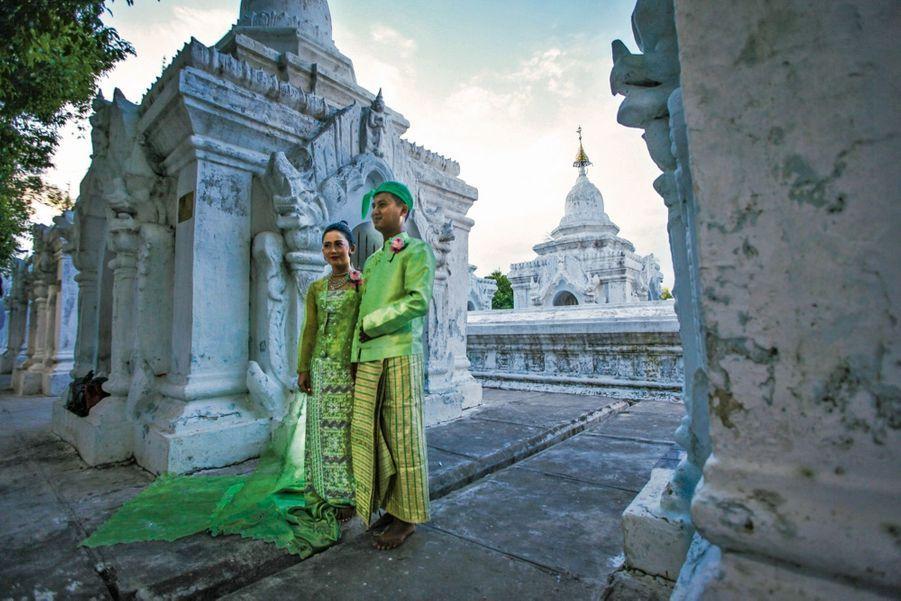 En Birmanie, à la pagode Kuthodaw, où l'enseignement de Bouddha est gravé sur 729 stèles de marbre.