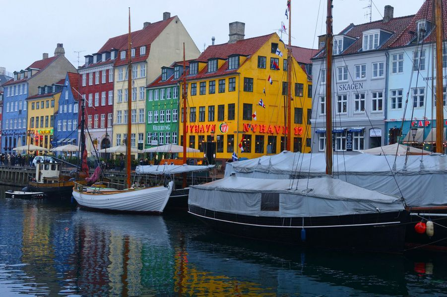 1ère : Copenhague, Danemark.Harmonieuse et gourmande, Copenhague a beaucoup d'atouts pour plaire aux touristes. Si son prix n'en fait pas partie, les multiples options streetfood comme le gigantesque marché couvert Papiroen, – qui doit son nom aux entrepôts qui stockaient autrefois le papier pour imprimer les journaux -, permettent d'économiser quelques euros, pour mieux les dépenser dans les nombreux musées ou dans les Jardins de Tivoli, qui sont bien plus qu'un parc d'attractions.