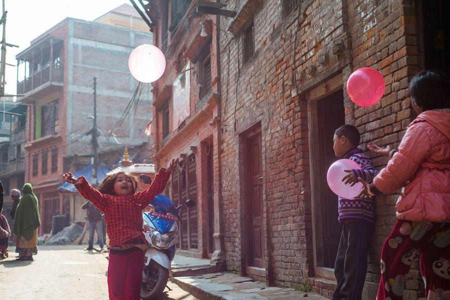 5ème:Katmandou, Népal.Trois ans après le tremblement de terre meurtrier, le Népal se reconstruit pas à pas. S'il reste encore beaucoup à faire pour restaurer les magnifiques monuments qui se sont effondrés lors de la catastrophe, les sites historiques de Katmandou retrouvent toute leur splendeur. Raison de plus pour s'y rendre : « les actions pour calmer le trafic infâme de la ville, le smog et le bruit ont rendu Katmandou plus vivable qu'elle ne l'a été depuis des décennies », ajoute le guide touristique.