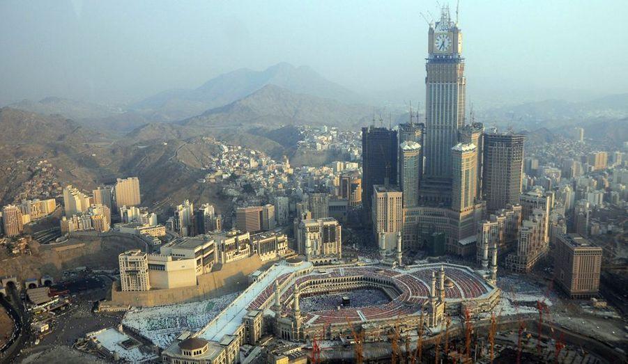 En numéro 2, on retrouve l'Hotel Tower, qui fait partie du complexe des Abraj Al Bait Towers, à La Mecque en Arabie Saoudite. Achevée en 2011, elle culmine à 601 mètres.