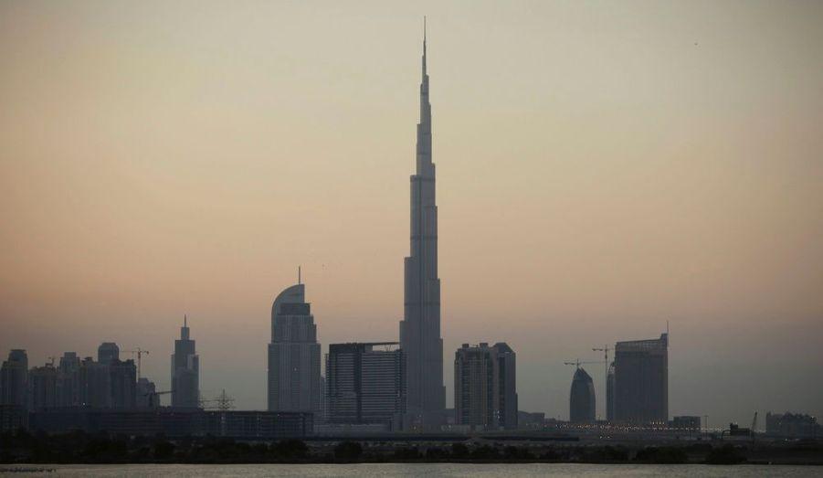 Voici en images les 15 plus grandes tours du monde construites à ce jour, avec en bonus la plus grande tour d'Europe occidentale, le Shard building, à Londres, qui culmine à 310 mètres. Et pour débuter ce top, la fameuse Burj Khalifa de Dubaï qui culmine à 828 mètres pour 162 étages.