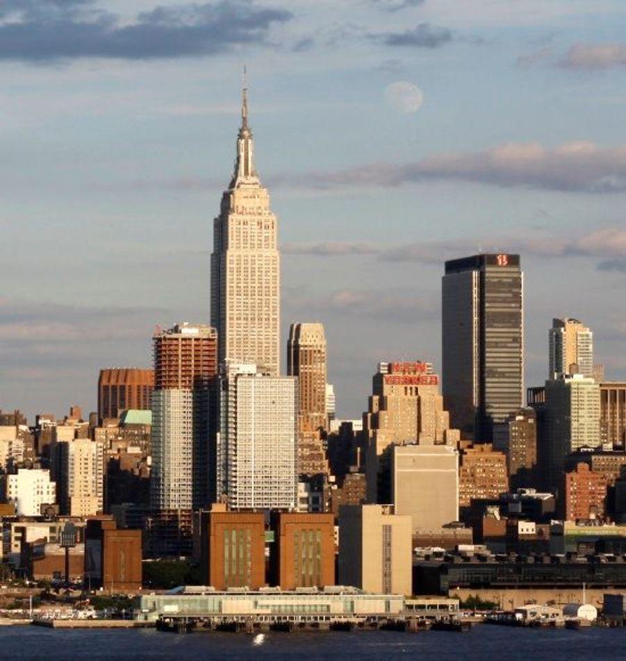 L'Empire State Building a été édifié en 1931 et mesure 448,70 mètres (102 étages). C'est la plus grande tour de New York depuis la destruction du World Trade Center en 2001.