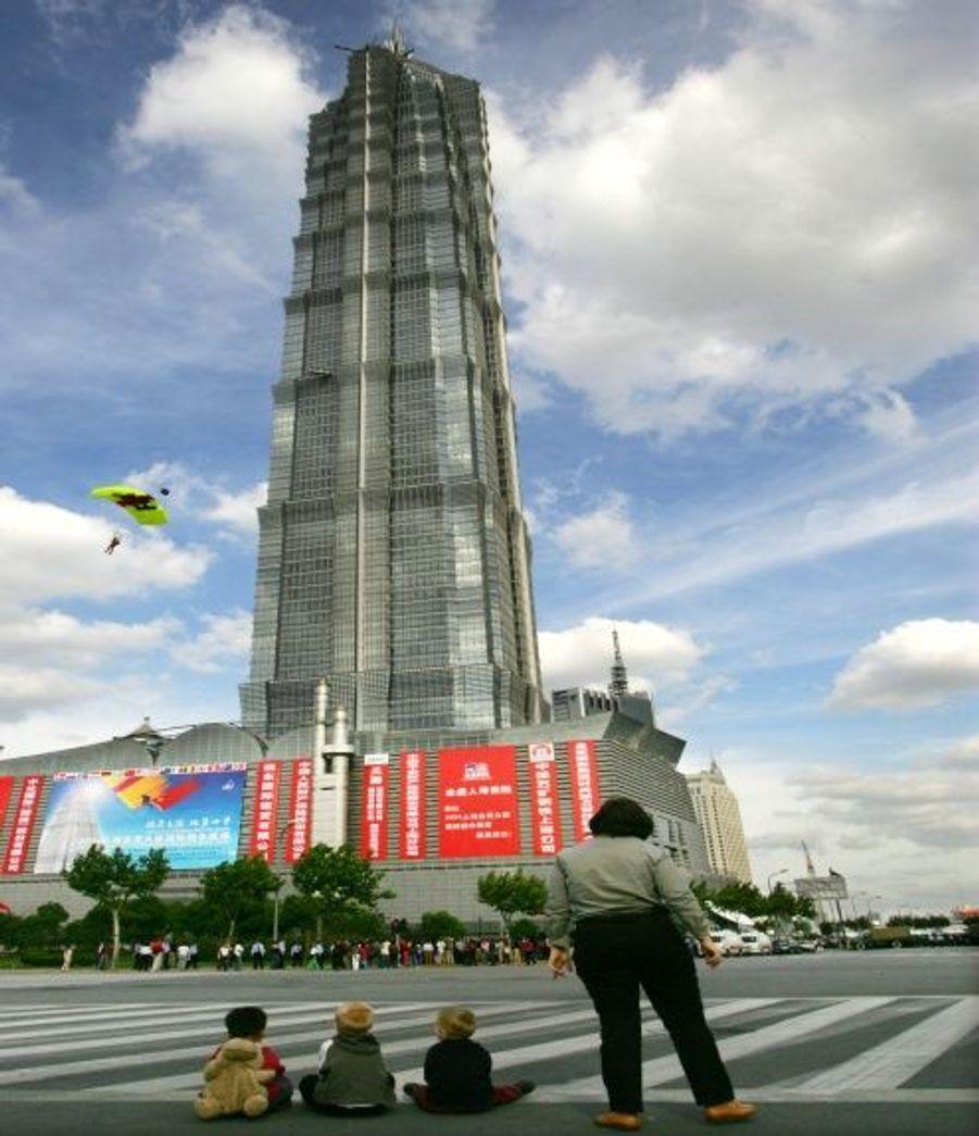 Située à Shanghaï et créee en 1998, la Jin Mao Tower mesure 421 mètres (88 étages).