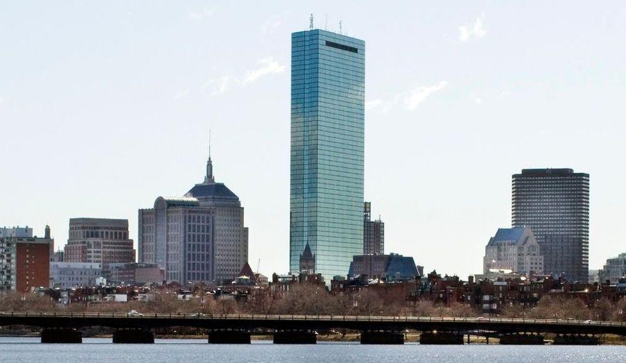 La tour John Hancock Center a été construite en 1969 à Chicago. Elle est la deuxième plus haute tour de la ville après la Sears Tower en culminant à 457,20 mètres (100 étages).
