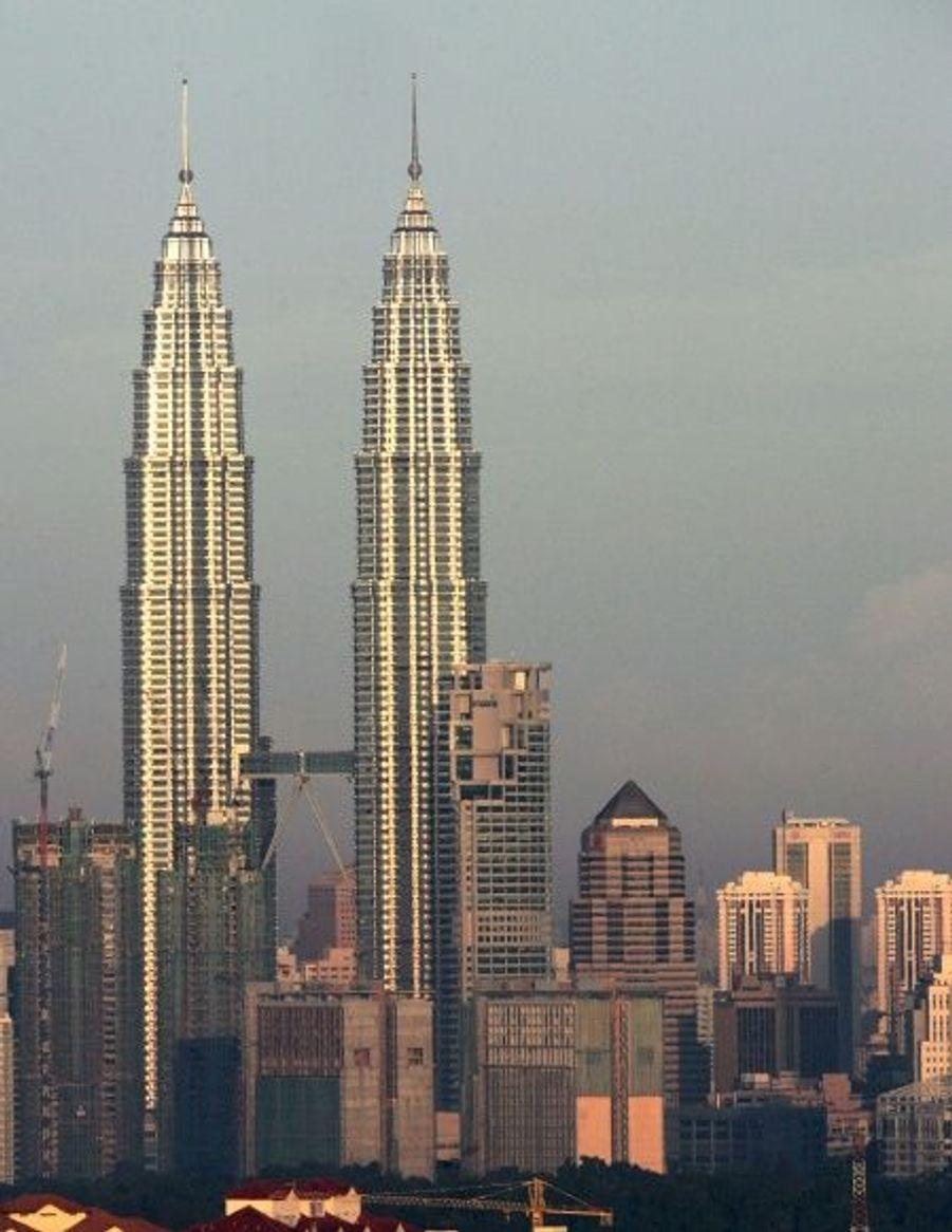 Terminées en 1998, ces deux tours jumelles ne passent pas inaperçues à Kuala Lumpur avec leurs 452 mètres (88 étages).