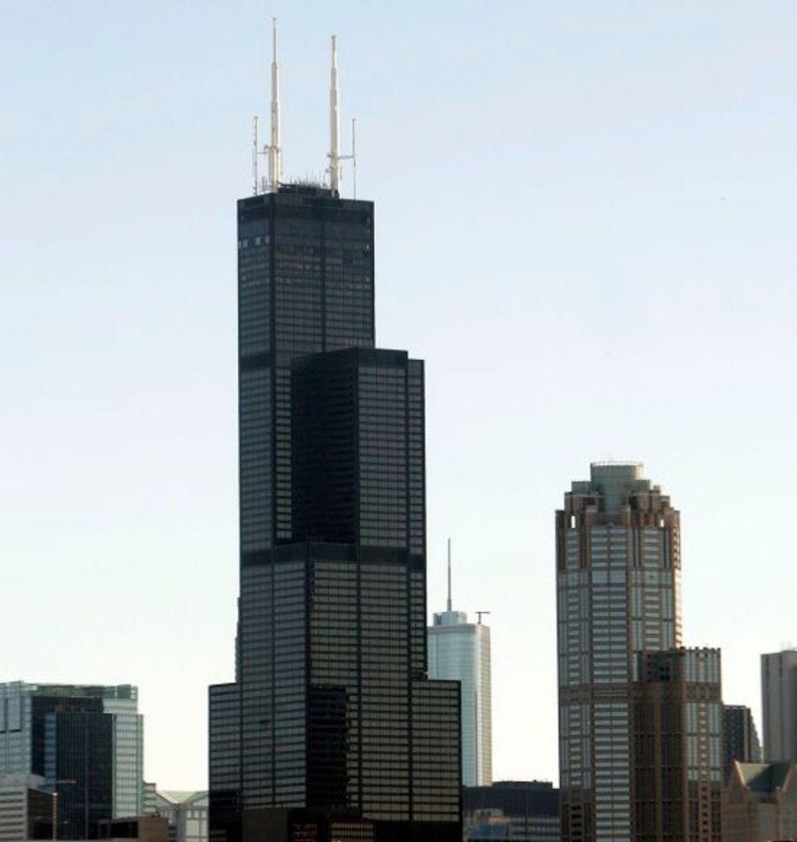 Construite à Chicago en 1974, cette tour surplombe la ville avec ses 527,30 mètres de haut (110 étages).