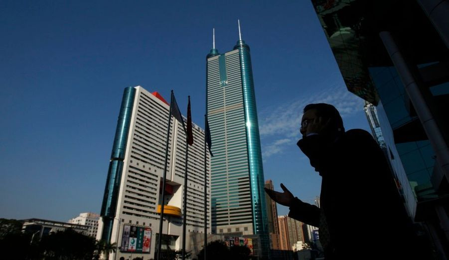 En 14ème position, on trouve la Citic Plaza située à Guangzhou et achevée en 1997. Elle mesure 391 mètres (80 étages).En 15ème position, c'est la tour Shun Hing Square à Shenzhen. Elle culmine depuis 1996 à 384 mètres (69 étages)
