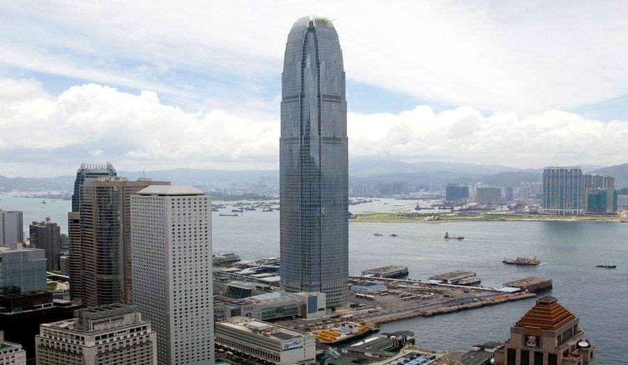 """Terminée en 2003, cette tour de Hong Kong domine avec ses 416 mètres. Elle est deux fois plus grande que la tour """"One"""" 216 mètres (39 étages)."""