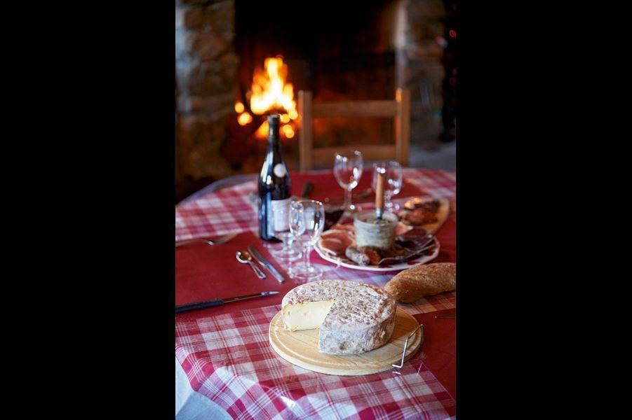 Le terroir dans l'assiette Au Chantacoucou le menu est élaboré avec les produits de la ferme où une trentaine de vaches tarines fournissent lait et viande. Les spécialités de Josette Souchal : le boeuf confit dans la graisse d'oie et le pot-au-feu mitonné au bain-marie pendant deux jours dans son bouillon au gingembre. Le client est libre de choisir sa pièce de viande, souvent accompagnée de gratin de crozets à la crème et au beaufort, suivi d'un copieux plateau de fromages. Les desserts faits maison vont de l'île flottante à la crème brûlée. Entrée, plat, fromage, dessert pour 25 euros. Les Anglais en raffolent. Ferme auberge, lieu-dit Le Châtelard, Saint-Martin-de- Belleville. Tél. : 06 13 98 91 56.