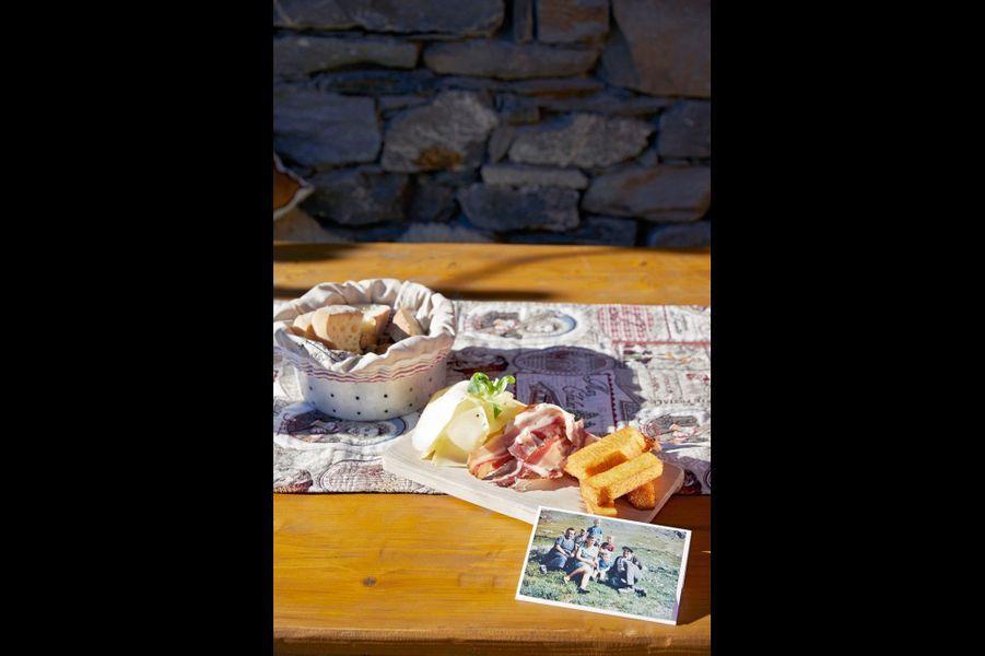 Le charme de l'authenticité : Chez Pépé NicolasLa bergerie fête ses 60 ans cette année.Nicolas Jay, le grand-père fondateur, était maire de Saint-Martin-de-Belleville en 1957. Egalement agriculteur, il menait ses bêtes dans les alpages l'été et a participé à la création des Ménuires en 1964. Certains de ses descendants en ont fait un repaire gastronomique, en 2011, année où la piste de la Chasse l'a rendu accessible skis aux pieds. Tous les produits viennent de la vallée, et le chef Martial Vuillemin propose une côtelette d'agneau poêlée, jus de citron et oignon confit pour 35 euros. La décoration maison est « tradi trendy chic ».