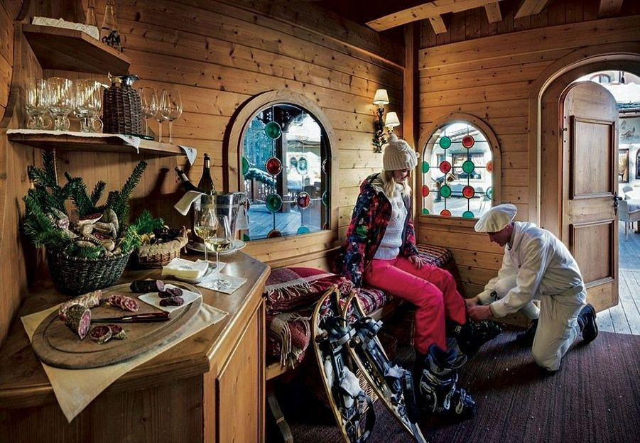 Le ski room des Airelles est un endroit où on pourrait vivre si on nous en donnait l'occasion : 200 mètres carrés de velours où les chaussures sont chauffées et mises aux pieds des clients les plus difficiles.