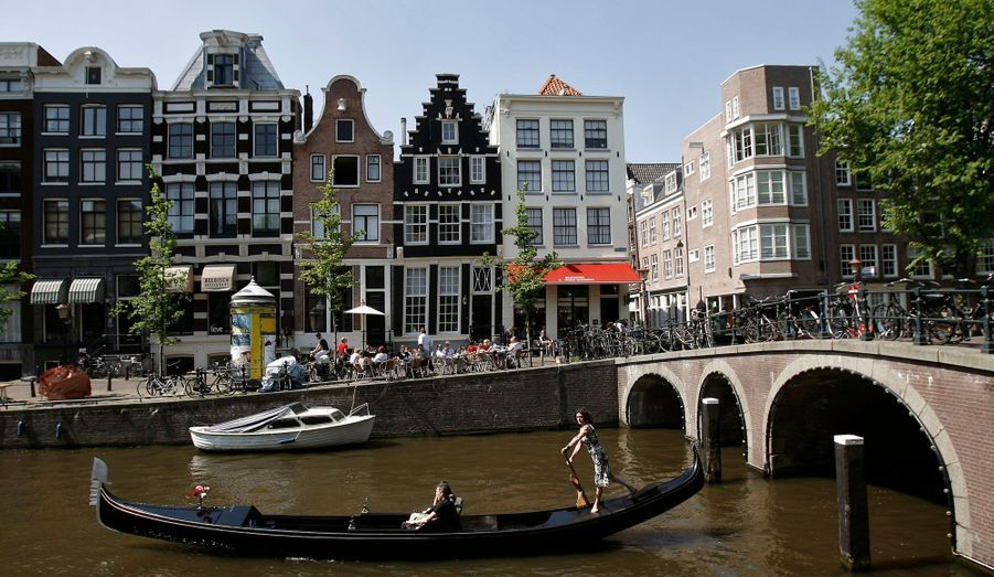 """La réouverture des deux grands musées de la ville, qui avaient fermé à un an d'intervalle pour des travaux (le Stedelijk en 2004 et le Rijksmuseum en 2003), est saluée par le """"New York Times""""."""