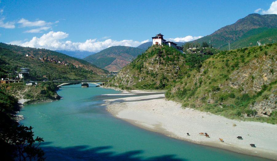 Le royaume du Bhoutan s'ouvre aux touristes, tout en préservant l'environnement. Des hôtels de luxe s'y ouvrent peu à peu, dévoilant des paysages magnifiques.