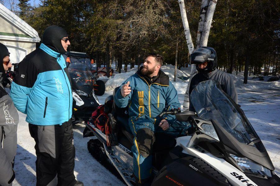 Le guide Bruno Vaillant (sur la motoneige) donne les instructions de conduite.