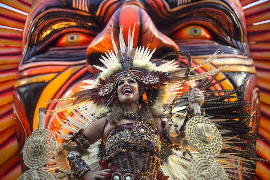 Une danseuse de samba pendant le Carnaval de Rio, Brésil.