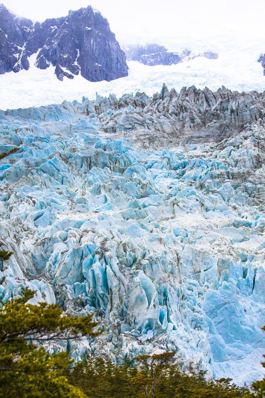 Contraste de reliefs, de matières et de couleurs.Forêts, cimes et glaciers structurent la beauté originelle.