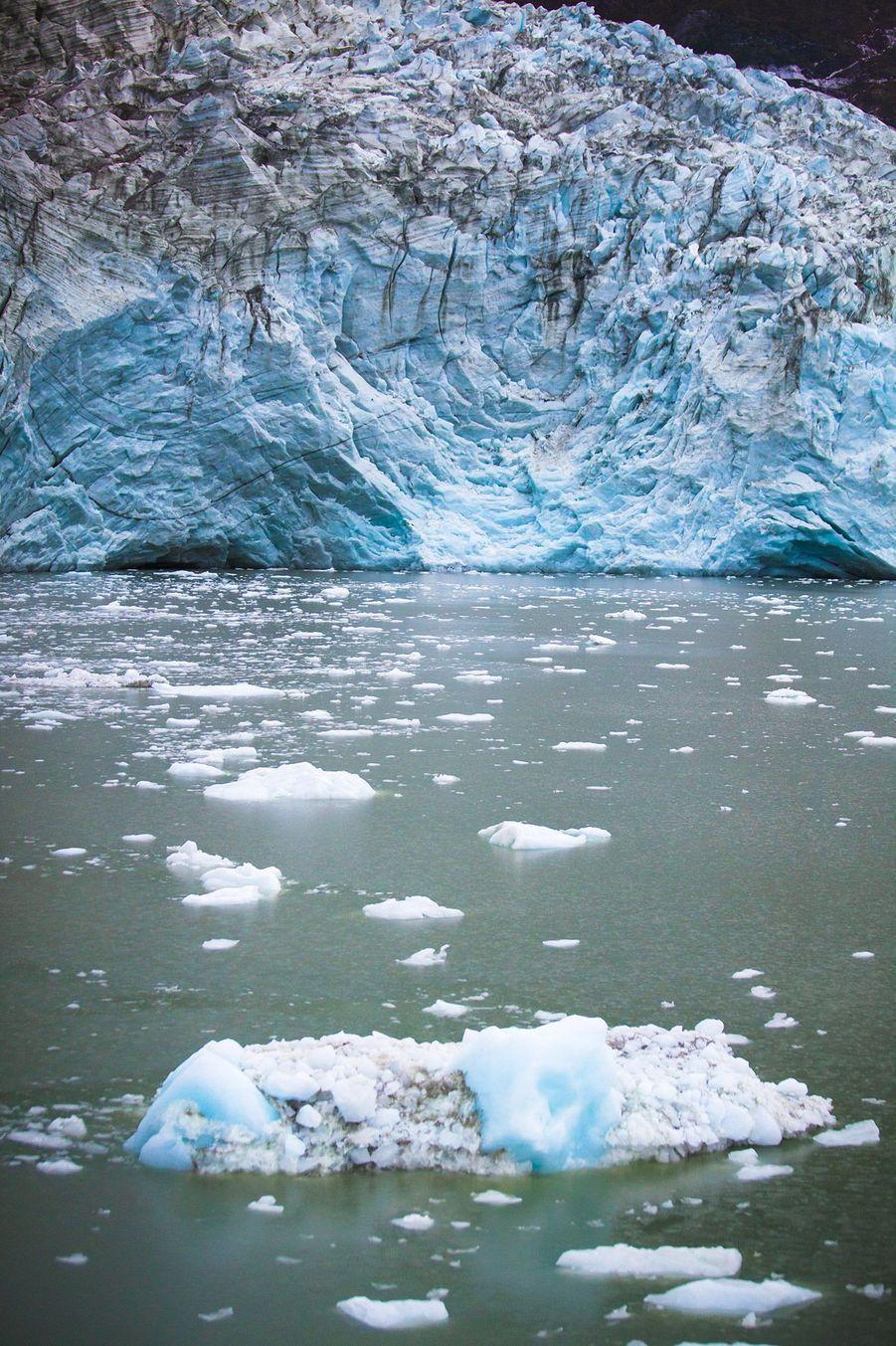 Le glacier de Pia, dans un mouvement glaciaire, éternue souvent des blocs de glace.