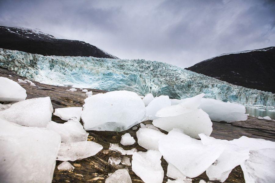 Quand les falaises du glacier tombe brutalement, une vague soulève et éclate les blocs sur le rivage.